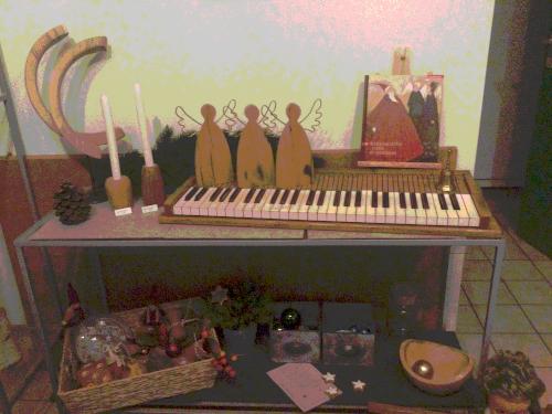 Eine Klaviatur, die vom Klavier gelöst zwischen Holzengeln steht