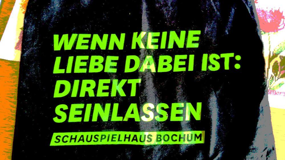 Schwarzer Grund mit heller Aufschrift: Wenn keine Liebe dabei ist - einfach seinlassen. Schauspielhaus Bochum.