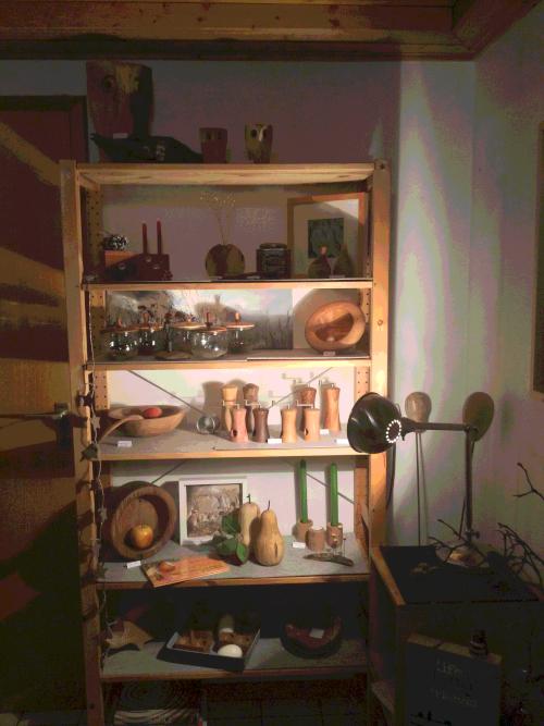 Regal im dunklen Keller, Gewürzmühlen und Schalen.