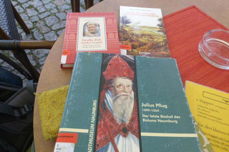 Bücher auf einem Cafehaustisch