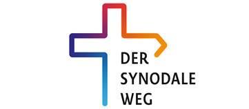 Rand eines Kreuzes, unten links mit blau beginnend die Regenbogenfarben, der rechte Kreuzbalken hat die Form eines Wegweiser, rechts dadrunter steht: Der Synodale Weg.